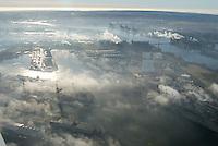 4415/Nebel im Hafen: EUROPA, DEUTSCHLAND, HAMBURG 25.12.2005: Nebel im Hamburger Hafen, am ersten Feiertag der Weihnachtsfest ist im Hamburger Hafen auch etwas ruhe eingekehrt. Die Ladekraehne des Containerterminal sind aufgestellt und arbeiten nicht.  (Mitte oben) CTA, Container Terminal Altenwerder, (Bild rechts e) Köhlbrandbruecke,  im Vordergrund der Vorhafen mit dem Eurokai.   Luftbild, Luftansicht