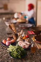 Afrique/Afrique du Nord/Maroc/Province d'Agadir/Tighanimine Elbaz: Ecolodge Atlas Kasbah - En cuisine les femmes préparent le tajine de poulet aux  pommes de terre et oignons