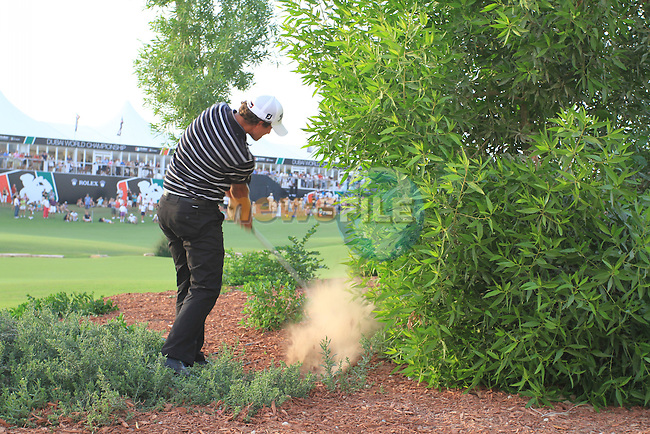 Adam Scott plays his drop shot from the undergrowth on the 18th hole during  Day 2 at the Dubai World Championship Golf in Jumeirah, Earth Course, Golf Estates, Dubai  UAE, 20th November 2009 (Photo by Eoin Clarke/GOLFFILE)