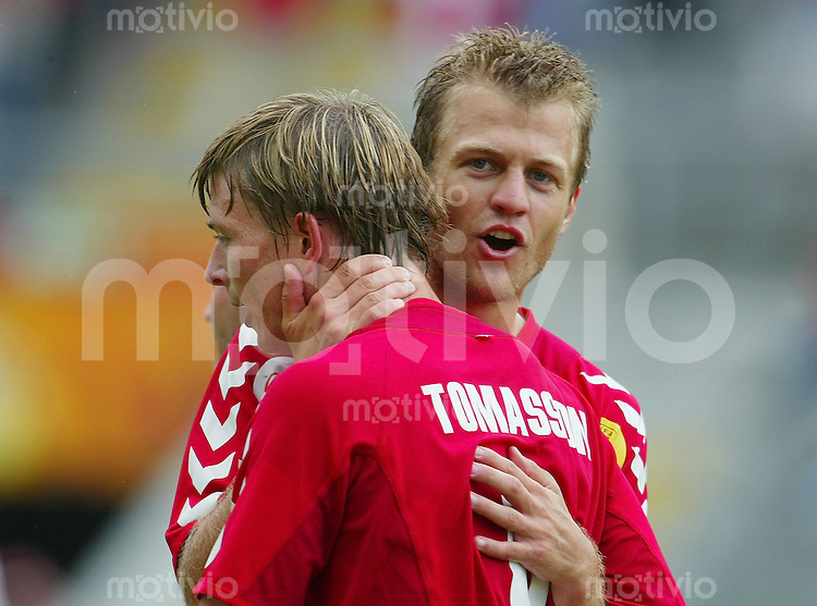 Fussball INTERNATIONAL EURO 2004 in Braga im Stadion Municipal Bulgarien - Daenemark JUBEL DEN; Niclas Jensen (re) umarmt Torschuetze John Dal Tomasson