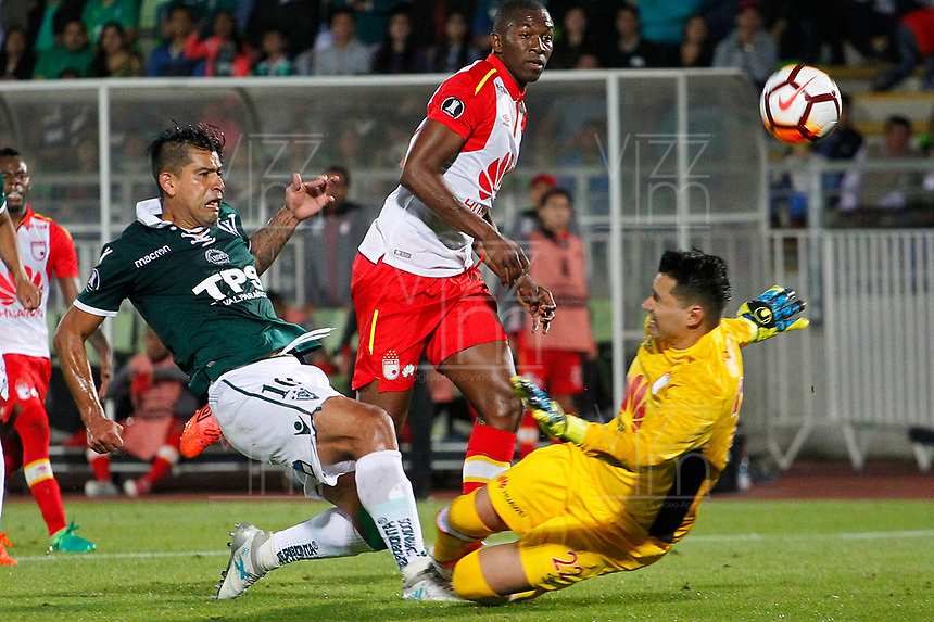 VALPARAISO - CHILE - 13 - 02 - 2018: Enzo Gutierrez (Izq.) jugador de Santiago Wanderers disputa el balón con Leandro Castellanos (Der.) portero de Independiente Santa Fe, durante partido de ida entre Santiago Wanderers (CHL) y el Independiente Santa Fe (COL), de la fase 3 llave 1 por la Copa Conmebol Libertadores 2018, jugado en el estadio Bicentenario Elias Figueroa de la ciudad de Valparaiso. / Enzo Gutierrez (L) player of Santiago Wanderers vies for the ball with Leandro Castellanos (R) goalkeeper of Independiente Santa Fe, during a match of the first leg between Santiago Wanderers (CHL) and Independiente Santa Fe (COL), of the 3rd phase key 1 for the Copa Conmebol Libertadores 2018 at the Bicentenario Elias Figueroa Stadium in Valparaiso City, Photo: VizzorImage / Sebastian Cisternas / Cont / Photosport