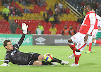 BOGOTA -COLOMBIA- 21-08-2013. Jefferson Cuero  (Der) de Independiente Santa Fe   disputa el balón  contra Nicolás Vikonis (Izq) de Patriotas de Boyacá , partido correspondiente a la  quinta fecha de la Liga Postobón segundo semestre disputado en el estadio Nemesio Camacho El Campin     / Jefferson Cuero (Der) of Independiente Santa Fe fights for the ball against Nicolás Vikonis (L) of Boyacá Patriotas, game for the fifth round of the second half Postobón Liga match at the Estadio Nemesio Camacho El Campin  . Photo: VizzorImage /Felipe Caicedo  / STAFF