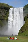 Dans ce pays tres jeune, l eau issue de la fonte des glaciers des hauts plateaux devale en cascades (foss en islandais) impressionnantes sur les cotes sud et nord du pays.  Sur la cote sud, la cascade Skogafoss tombe de 60 metres avec une largeur de 25 metres dans un ecrin de falaises herbeuses..