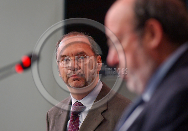Brussels-Belgium - November 23, 2004---Dr Peter PIOT, Executive Director of UNAIDS and Under Secretary-General of the United Nations, and Louis MICHEL, European Commissioner in charge of Development and Humanitarian Aid, launch the 'AIDS-epidemic update 2004', in the press room of 'Berlaymont', Headquarters of the EC; here, Peter PIOT (le) listening to Louis MICHEL (ri)---Photo: Horst Wagner/eup-images
