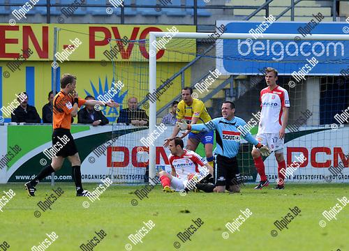 2013-05-19 / Voetbal / seizoen 2012-2013 / KVC Westerlo - Moeskroen-Péruwelz / Westerlo krijgt een strafschop tegen..Foto: Mpics.be