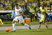 BUCARAMANGA-COLOMBIA-08-12-2016. Jair Palacios (Der) jugador del Atlético Bucaramanga disputa el balón con Cleider Alzate (Izq) jugador de Deportes Tolima durante partido de ida por la semifinal de la Liga Águila II 2016 jugado en el estadio Alfonso López de la ciudad de Bucaramanga./ Jair Palacios (R) player of Atletico Bucaramanga struggles the ball with Cleider Alzate (L) player of Deportes Tolima during first leg semifinal match of the Aguila League II 2016 played at Alfonso Lopez stadium in Bucaramanga city. Photo: VizzorImage / Duncan Bustamante / Cont