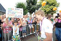 TURNEN: LEMMER: centrum Lemmer, 17-08-2012, Huldiging Olympisch kampioen, Epke Zonderland met een jonge fan met een boodschap, 'Hoera Epke heeft Goud. Ik wil ook net zoals jij de beste turner van Lemmer zijn. Groetjes Zen', ©foto Martin de Jong