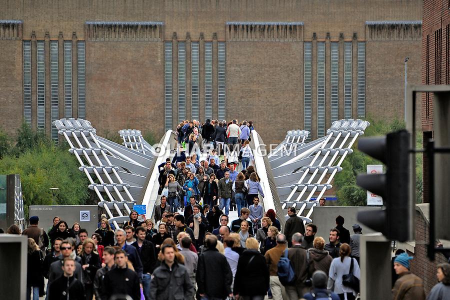 Pessoas na ponte, Millennium Bridge, Londres. Inglaterra. 2008. Foto de Juca Martins.