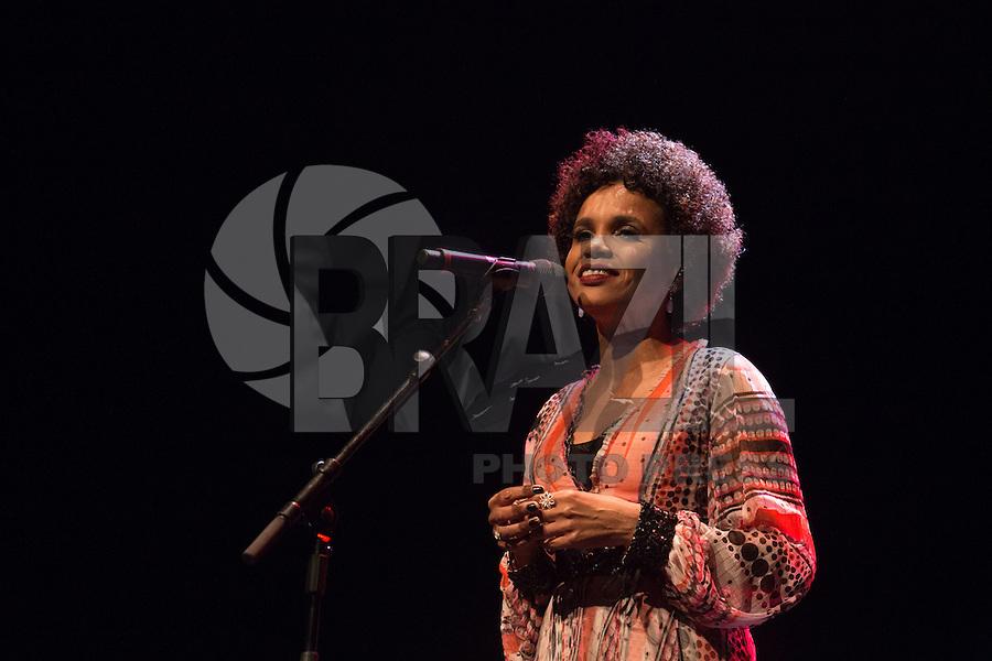 SÃO PAULO, SP, 17.11.2016 -  SHOW-SP - Teresa Cristina durante apresentação da turne Caetano apresenta Teresa, no Espaço das Américas, na noite desta quinta-feira, 17. (Foto: Ciça Neder / Brazil Photo Press)