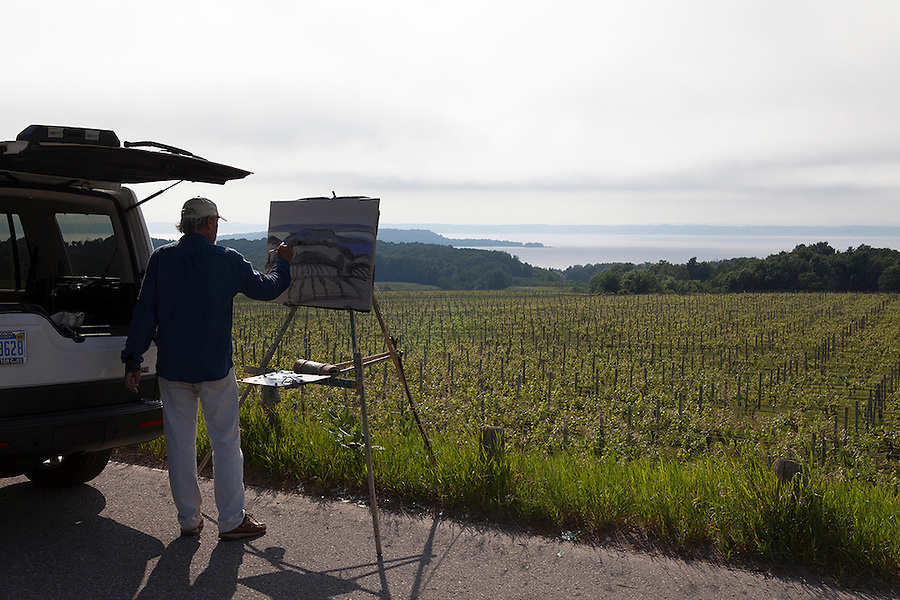 Artist painting the vineyards of Chateau Grand Traverse Vineyards and Winery, Old Mission Peninsula, Lake Michigan, Traverse City area, Michigan, USA
