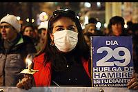 """SCH04. SANTIAGO (CHILE), 16/08/2011.- Cientos de manifestantes participan hoy, martes 16 de agosto de 2011, en una """"velatón"""" en apoyo a los estudiantes que realizan una huelga de hambre desde hace 29 días y que demandan una educación pública, gratuita y de calidad, en Santiago (Chile). EFE/Felipe Trueba.."""