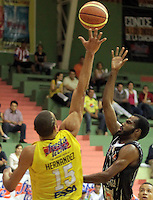 BUCARAMANGA -COLOMBIA, 17-05-2013. Leonardo Mendez (D) de Piratas trata de anotar en contra Hernández Villamil (I) de Búcaros durante partido de la fecha 17 fase II de la  Liga DirecTV de baloncesto Profesional de Colombia realizado en el Coliseo Vicente Díaz Romero de Bucaramanga./ Leonardo Mendez (R) of Piratas tries to score against Hernandez Villamil (L) of Bucaros during match of the 17th date phase II of  DirecTV professional basketball League in Colombia at Vicente Diaz Romero coliseum in Bucaramanga. Photo: VizzorImage / Jaime Moreno / STR