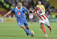 BOGOTÁ -COLOMBIA, 20-09-2014. Andres Cadavid (Izq) jugador de Millonarios disputa el balón con Yessy Mena (Der) jugador de Atlético Junior durante partido por la fecha 10 de la Liga Postobón II 2014 jugado en el estadio Nemesio Camacho el Campín de la ciudad de Bogotá./ Andres Cadavid (L) player of Millonarios fights for the ball with Yessy Mena (R) player of  Atletico Junior during the match for the 10th date of the Postobon League II 2014 played at Nemesio Camacho El Campin stadium in Bogotá city. Photo: VizzorImage/ Gabriel Aponte / Staff
