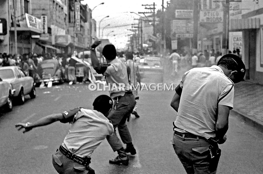 Repressão a greve de metalurgicos do ABC. São Bernardo. São Paulo. 1979. Foto de Juca Martins.