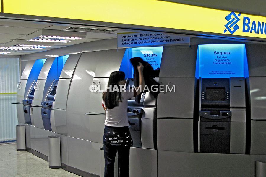 Caixa eletrônico de banco no Aeroporto de Cumbica. São Paulo. 2008. Foto de Juca Martins.
