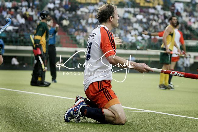 CHENNAI-Champions Trophy hockey mannen. Teun de Nooijer (foto) is hard onderuit gehaald, waardoor Nederland uit een strafcorner op 2-2 komt. Vlak voor tijd wisten de Australiers toch nog op voorsprong te komen , woensdag tijdens de wedstrijd Nederland-Australie. ANP PHOTO KOEN SUYK