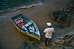 Pescador e barco com peixes na praia do Rio Vermelho em Salvador. Bahia. 2017. Foto © Alberto Viana.