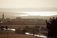 Europe/France/Bretagne/29/Finistère/Plomodiern: Le village  et la Baie de Douarnenez