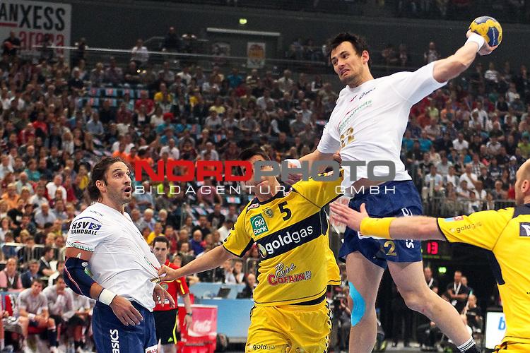 29.05.2011,  Lanxess Arena, Koeln, GER, EHF Final 4, Rhein-Neckar Löwen (GER) vs. HSV Hamburg (GER), Spiel um Platz 3, im Bild:  Marcin Lijewski (Hamburg #22) (R) wirft und Betrand Gille (Hamburg #14) (L) und Zarko Sesum (Rhein-Neckar #5) (M) schauen zu Foto © nph / Mueller