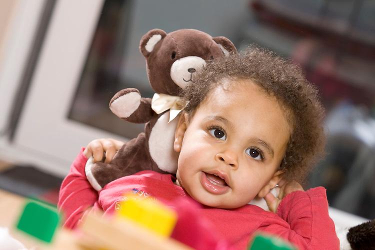 Europa, DEU, Deutschland, Baby, Kleinkind, Alter 10 Monate, Maedchen, Farbig, Laechelt, Stofftier, Baer, Spiel, Spielzeug, Kategorien und Themen, Menschen, People, Kind, Kinder, Kindheit, Kindlich, ....[Fuer die Nutzung gelten die jeweils gueltigen Allgemeinen Liefer-und Geschaeftsbedingungen. Nutzung nur gegen Verwendungsmeldung und Nachweis. Download der AGB unter http://www.image-box.com oder werden auf Anfrage zugesendet. Freigabe ist vorher erforderlich. Jede Nutzung des Fotos ist honorarpflichtig gemaess derzeit gueltiger MFM Liste - Kontakt, Uwe Schmid-Fotografie, Duisburg, Tel. (+49).2065.677997, ..archiv@image-box.com, www.image-box.com]