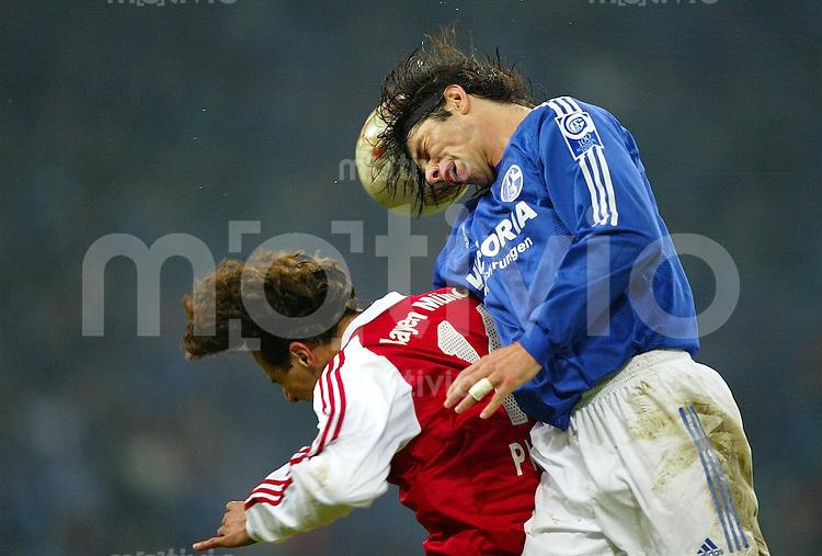 Fussball  1. Bundesliga Saison 2003/2004  11. Spieltag Schalke 04 - FC Bayern Muenchen 2:0       Levan KOBIASHVILI (re) im Kopfballduell mit Claudio PIZARRO
