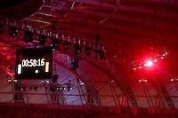 PORTO ALEGRE, RS, 05.04.2014 - REABERTURA DO NOVO BEIRA-RIO - ESPETÁCULO OS PROTAGONISTAS - Contagem regressiva colocada no telão do estádio para a apresentação no evento oficial de reabertura do novo Beira-Rio. Em um final de semana especial para a torcida do Internacional, shows e um jogo amistoso com o Peñarol (no domingo, 6) marcam a reabertura. Além de uma projeção feita em toda extensão do gramado, sendo o principal atrativo para esta grande festa realizada neste sábado, 5. (Pedro H. Tesch / Brazil Photo Press).