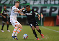 ENVIGADO -COLOMBIA, 25-03-2018: George Saunders (Izq) jugador de Envigado FC disputa el balón con xxx (Der) jugador de Atletico Nacional durante partido por la fecha 10 de la Liga Águila I 2018 realizado en el Polideportivo Sur de la ciudad de Envigado. / George Saunders (L) player of Envigado FC fights for the ball with Andres Renteria (R) player of Atletico Nacional during match for the date 10 of the Aguila League I 2018 played at Polideportivo Sur in Envigado city.  Photo: VizzorImage/ León Monsalve / Cont