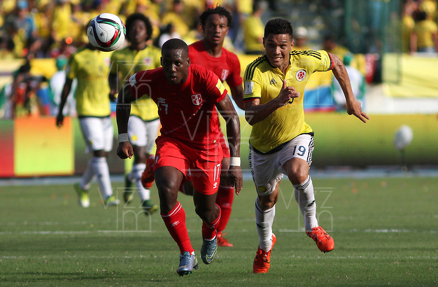 BARRANQUILLA  - COLOMBIA - 8-10-2015:Teofilo Gutierrez  jugador de la seleccion Colombia  disputa el balon con Luis Advincula de la seleccion Peru durante primer partido  por por las eliminatorias al mundial de Rusia 2018 jugado en el estadio Metropolitano Roberto Melendez  / : Teofilo Gutierrez   player of Colombia  fights for the ball with Luis Advincula of selection of Peru during first qualifying match for the 2018 World Cup Russia played at the Estadio Metropolitano Roberto Melendez. Photo: VizzorImage / Felipe Caicedo / Staff.