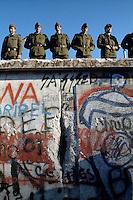 Berlino, 9 Novembre, 1989. Soldati della Germania dell'Est presidiano il tratto di muro davanti la Porta di brandeburgo poco prima della sua.caduta. East German border guards try to prevent a crowd climbing onto the Berlin Wall on the morning that the first section was pulled down.