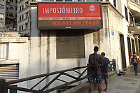 São Paulo (SP), 23/04/2019 - Economia / São Paulo / Impostômetro - O Impostômetro da Associação Comercial, localizado na Rua Boa Vista, em frente ao Pátio do Colégio, chega a marca de R$ 800 bilhões de impostos, taxas, contribuições e multas pagos pelos brasileiros para a União, os estados e os municípios, nesta terça-feira, 23. ( Foto: Charles Sholl/Brazil Photo Press)