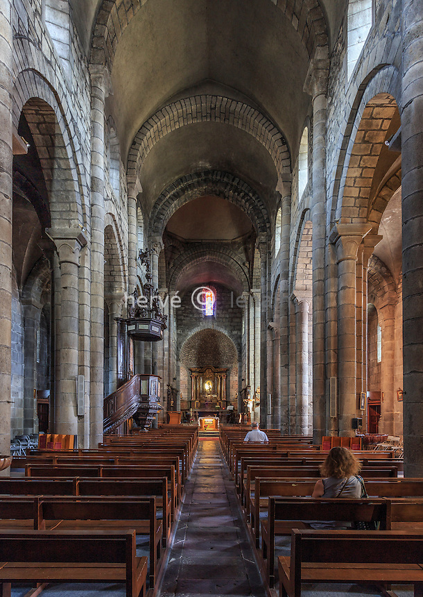 France, Cantal (15), Mauriac, basilique Notre-Dame-des-Miracles (XI - XII siècle), la nef // France, Cantal, Mauriac, Notre Dame des Miracles  church, the nave