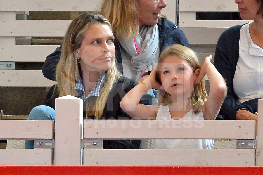 HAMBURGO, ALEMANHA, 25.06.2017 - OPEN-ALEMANHA - esposa do tenista Tommy Hass, Sara Foster, e filha Valentina acompanha partida entre Tommy Hass e Nicolas Kicker valido pelo German Open Tennis Championships na cidade de Hamburgo na Alemanha. (Foto:Michael Timm/ Brazil Photo Press)