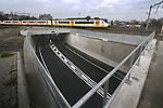 BUNNIK - In Bunnik heeft Gebroeders De Koning in opdracht van Prorail en gemeente Bunnik een duurzame autotunnel onder het spoor gebouwd. Tijdens de bouw van de diepe tunnelbak is waterglasinjectie in plaats van onderwaterbeton gebruikt, gerycecled beton in de muren en is energiezuinige verlichting aangebracht. COPYRIGHT TON BORSBOOM