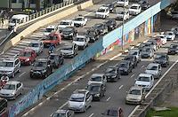 SAO PAULO, 26 DE MARCO DE 2013 - TRANSITO - SAO PAULO -  Transito intenso na entrada do túnel do Anhangabau, saída das Avenidas 23 de Maio e Nove de Julho, no fim da tarde desta quarta feira, 27, região central da capital. (FOTO: ALEXANDRE MOREIRA / BRAZIL PHOTO PRESS)