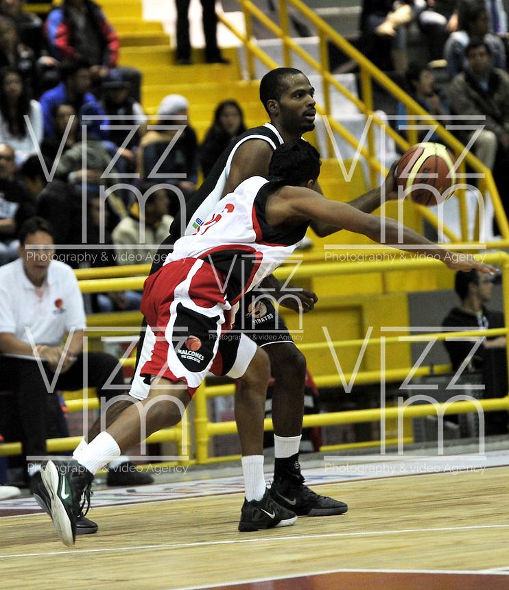 BOGOTA - COLOMBIA - 26-02-2013: Leonardo Méndez (Der.) de Piratas de Bogotá, disputa el balón con Omar Sanders (Izq.) de Halcones de Cúcuta, febrero 26 de 2013. Piratas y Halcones en cuarta fecha de  la Liga Directv Profesional de baloncesto en partido jugado en el Coliseo El Salitre. (Foto: VizzorImage / Luis Ramírez / Staff). Leonardo Mendez (R) of Piratas from Bogota, fights for the ball with Omar Sanders (L) of Halcones from Cucuta, February 26, 2013. Pirates and Halcones in the fourth match the Directv Professional League basketball, game at the Coliseum El Salitre. (Photo: VizzorImage / Luis Ramirez / Staff). .