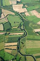 Zusammenfluss der Ilmenau mit dem Neetze- Kanal : EUROPA, DEUTSCHLAND, NIEDERSACHSEN 02.09.2017: Zusammenfluss der Ilmenau mit dem Neetze- Kanal.  Die Imenau  entsteht in der Lüneburger Heide südlich von Uelzen aus den Quellflüssen Gerdau und Stederau. Die Ilmenau fließt von Uelzen, wo ihr durch die Wipperau auch Wasser von Osten zufließt, in zumeist nördlicher Richtung über Bad Bevensen, Bienenbüttel und Lüneburg nach Winsen. Dort, in Stöckte, nimmt sie ihren größten Nebenfluss, die von Süden kommende Luhe auf. Bereits davor, westlich von Barum trifft die Ilmenau mit dem von rechts kommenden Neetzekanal zusammen, der im 19. Jahrhundert zwischen Walmsworth bei Rullstorf und St. Dionys gebaut wurde.