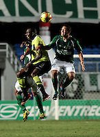 CALI - COLOMBIA -16-03-2013: Carlos Lizarazo (Der.) del Deportivo Cali disputa el balón con Juan Valencia (Izq.) del Atlético Nacional durante  partido por la Liga de Postobon I en el estadio Pascual Guerrero en la ciudad de Cali, marzo 16 de 2013. (Foto: VizzorImage / Luis Ramírez / Staff). Carlos Lizarazo (R) of Deportivo Cali figths the ball with Juan Valencia (L) of Atletico Nacional  during a match for the Postobon I League at the Pascual Guerrero stadium in Cali city, on March 16, 2013, (Photo: VizzorImage / Luis Ramirez / Staff.)