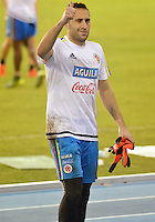 BARRANQUILLA- COLOMBIA - 14-11-2015: David Ospina arquero de la selección Colombia saluda al público durante el primer entrenamiento en el Polideportivo de la Universidad Autonoma del Caribe antes de su encuentro contra  la selección del Argentina / David Ospina goalkeeper of the selection Colombia greets the public during the first training at the Polideportivo of the Universidad  Autonoma del  Caribe before their match against of Argentina. Photo: VizzorImage / Alfonso Cervantes / Cont
