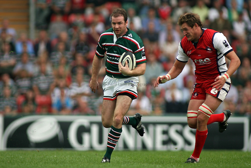 Photo: Paul Thomas..Leicester Tigers v Gloucester Rugby. Guinness Premiership. 16/09/2006...Leicester's Geordan Murphy (L) looks to attack past James Forrester of Gloucester.