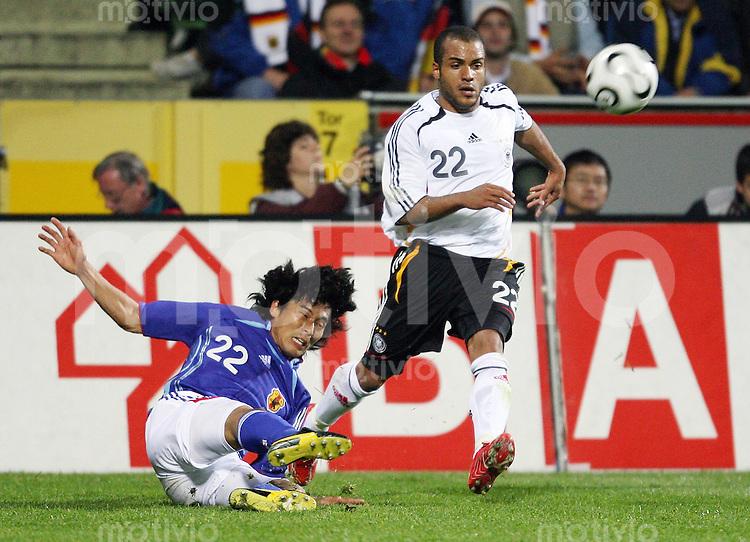 Fussball  International  Freundschaftsspiel    Deutschland - Japan David ODONKOR (re, GER) gegen Yuji NAKAZAWA (li, JPN)