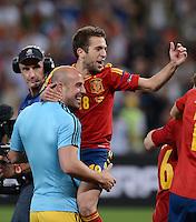 FUSSBALL  EUROPAMEISTERSCHAFT 2012   HALBFINALE Portugal - Spanien                  27.06.2012 Jordi Alba jubelt auf den Armen von Torwart Pepe Reina (v.l., beide Spanien)
