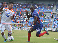 SANTA MARTA - COLOMBIA, 13-10-2019: Yulian Gomez de Unión disputa el balón con Santiago Noreña de Envigado durante partido por la fecha 17 de la Liga Águila II 2019 entre Unión Magdalena y Envigado F.C. jugado en el estadio Sierra Nevada de la ciudad de Santa Marta. / Yulian Gomez of Union struggles the ball with Santiago Noreña of Envigado during match for the date 17 as part Aguila League II 2019 between Union Magdalena and Envigado F.C. played at Sierra Nevada stadium in Santa Marta city. Photo: VizzorImage / Gustavo Pacheco / Cont