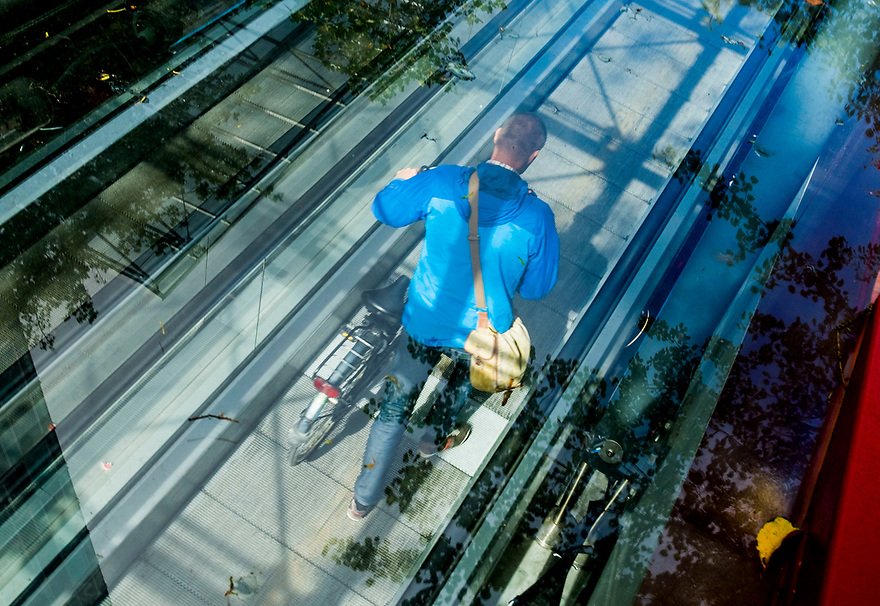 Nederland, Amsterdam, 20171003<br /> Amsterdam Zuidas. Zakencentrum van Amsterdam. In- en uitgang fietsenstalling tussen de torens van het World Trade Centre, WTC. <br /> <br /> Foto: (c) Michiel Wijnbergh
