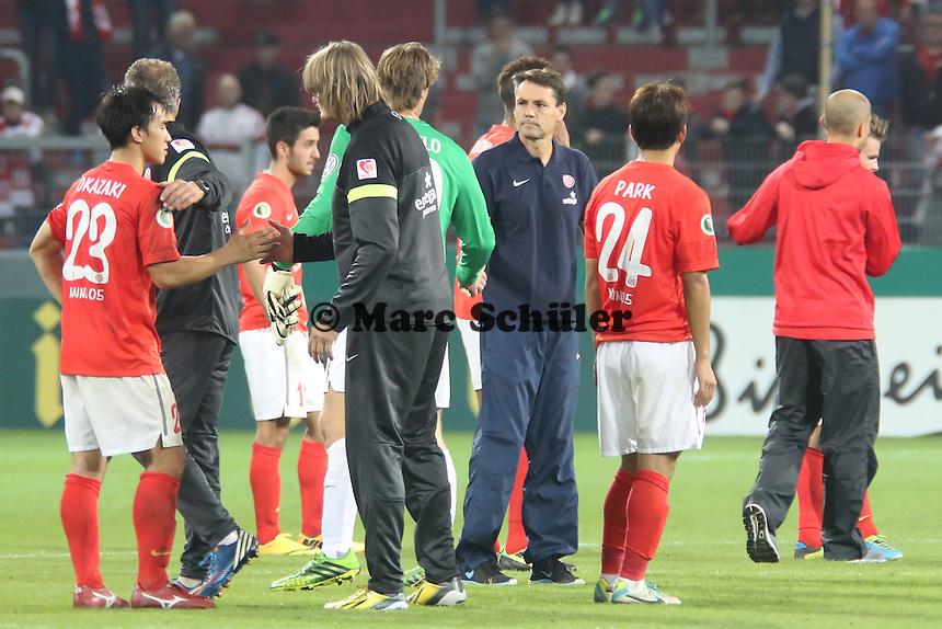 Co-Trainer Arno Michels (Mainz) mit seinen frustrierten Spielern- 1. FSV Mainz 05 vs. 1. FC Köln, Coface Arena, 2. Runde DFB-Pokal