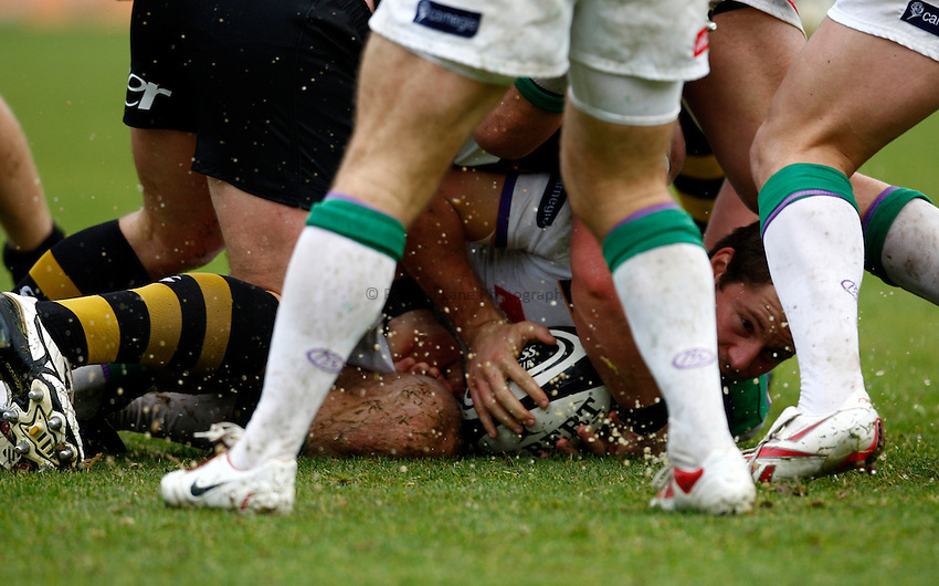 Photo: Richard Lane/Richard Lane Photography. London Wasps v Leeds Carnegie. Guinness Premiership. 01/11/2009. Ruck.