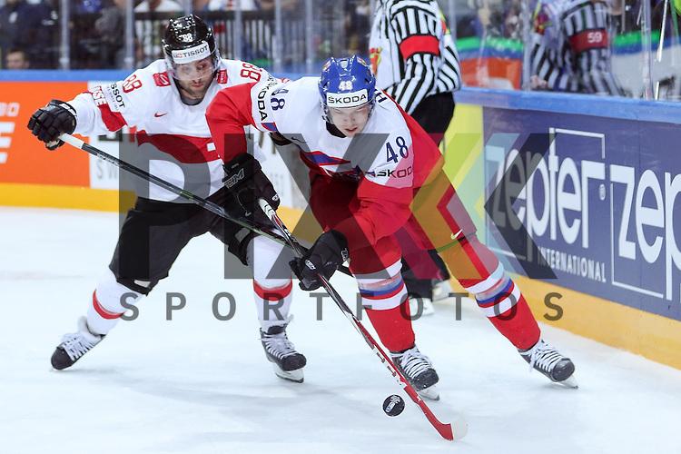 Tschechiens Hertl, Tomas (Nr.48)(San Jose Sharks) im Zweikampf mit Schweizs Romy, Kevin (Nr.88)  im Spiel IIHF WC15 Tschechien vs. Schweiz.<br /> <br /> Foto &copy; P-I-X.org *** Foto ist honorarpflichtig! *** Auf Anfrage in hoeherer Qualitaet/Aufloesung. Belegexemplar erbeten. Veroeffentlichung ausschliesslich fuer journalistisch-publizistische Zwecke. For editorial use only.
