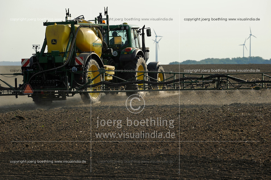 GERMANY, Saxonia, spraying of pesticides with John Deere tractor and equipment / DEUTSCHLAND, Sachsen, Verspruehung von Pestiziden auf einem Feld