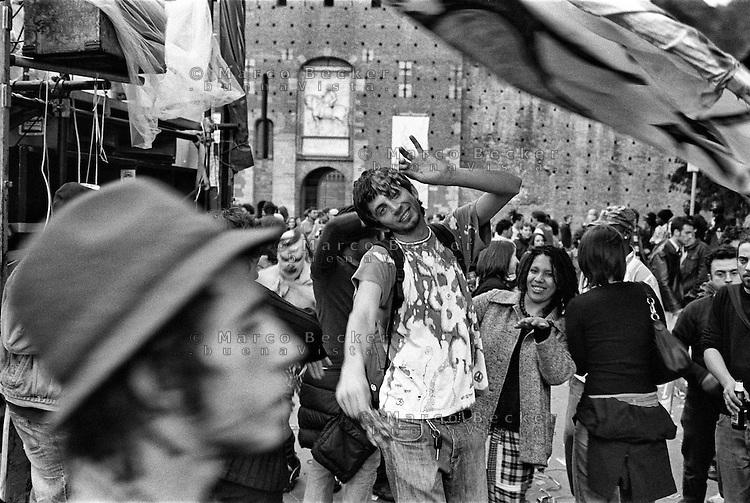 Milano, Mayday Parade, manifestazione del 1. maggio di gruppi e organizzazioni di sinistra contro il lavoro precario. Ragazzi ballano davanti a un sound system --- Milan, Mayday Parade, 1st of May manifestation of leftist groups and organizations against temporary work. People dancing at a sound system