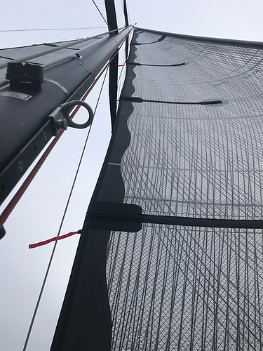 A 100% non-overlapping headsail