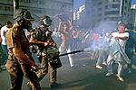 Repressão a greve de professores. São Paulo. 1986. Foto de Stefan Kolumban.